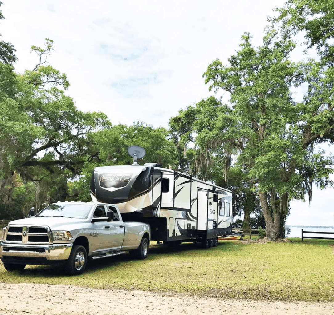 A truck and fifth wheel boondocking in Florida